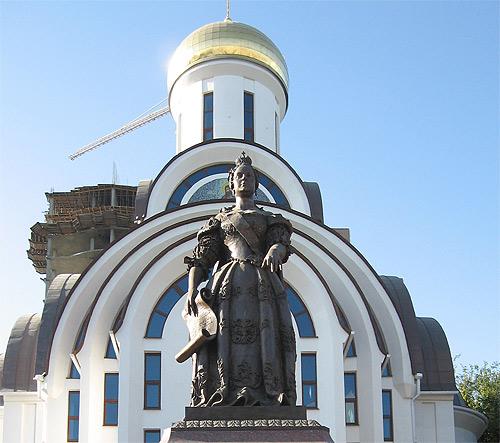 Старо-покровский храм с памятником Елизавете