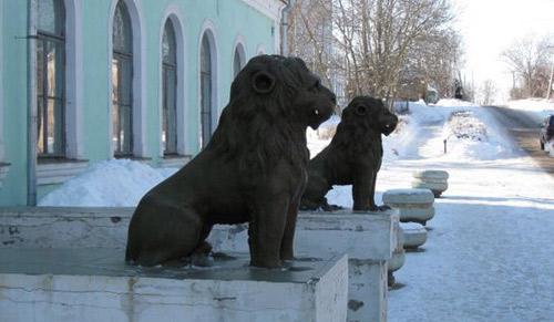 Львы перед административным зданием. Старица